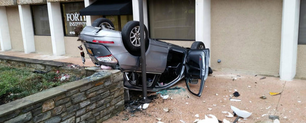 ASA arata o masina care a cazut de la etajul patru al unei parcari. PLUS momentul incidentului