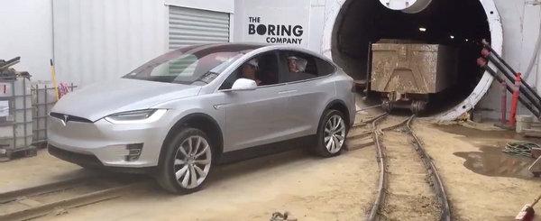 Asta da performanta: Noua Tesla Model X, filmata in timp ce tracta peste 100 de tone!