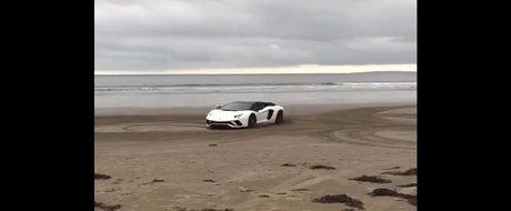 Asta da prostie. Sa faci drift pe plaja cu un Lamborghini Aventador S
