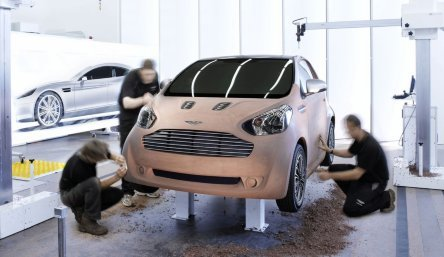 Aston Martin se face mic, mic si va avea un model bazat pe Toyota iQ