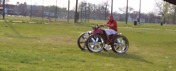 ATV-ul 'pympuit' face cerculete pe... iarba