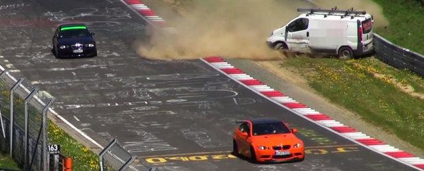 Au crezut ca nu vad bine. Accident la Nurburgring cu un... Opel Vivaro?!