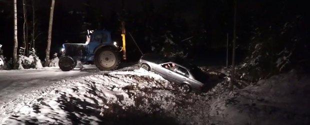 Au incercat sa scoata un BMW din sant, insa au dat-o grav in bara