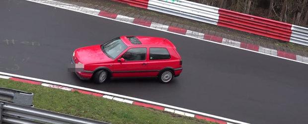 Au reusit sa scape cu masina complet neatinsa! Ei sunt cei mai norocosi ghinionisti de la Nurburgring.