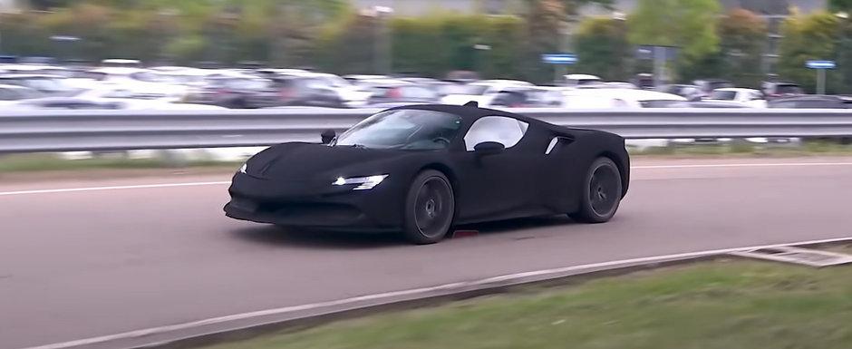 Au vopsit un Ferrari de 1000 de cai in cel mai negru negru din lume. Uite-l aici cum arata in trafic, pe viu