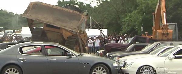 Au vrut sa importe ilegal masini, insa statul le distruge acum pana la ultima. Clip greu de urmarit de impatimitii auto