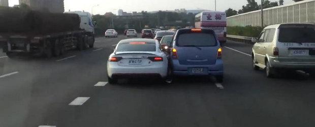 Audi vs Suzuki: Doi soferi lupta ca berbecii pentru aceeasi banda