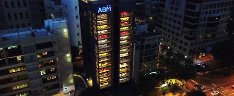 'Automatul de masini de lux'. ASA arata cladirea unui dealer auto din Singapore