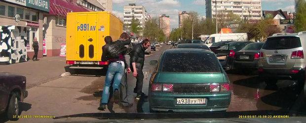 Bataie in Rusia: Un nou material video care surprinde violenta din trafic