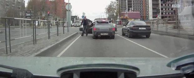Bataie in trafic: Soferul unui Logan se ia la bataie cu posesorul unei Lada