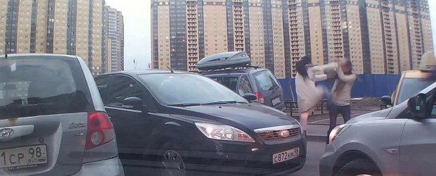 Bataie nebuna intre doua soferite din Rusia