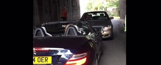 Blonda si mosuletele incapatanat care blocheaza un tunel din cauza... prostiei