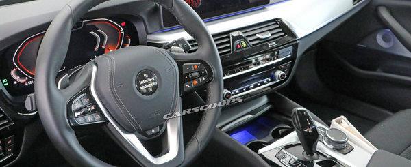 BMW lucreaza deja la o versiune imbunatatita. Noua masina a fost surprinsa in teste cu interiorul la vedere