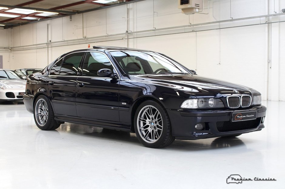 BMW M5 cu 56 mii km la bord