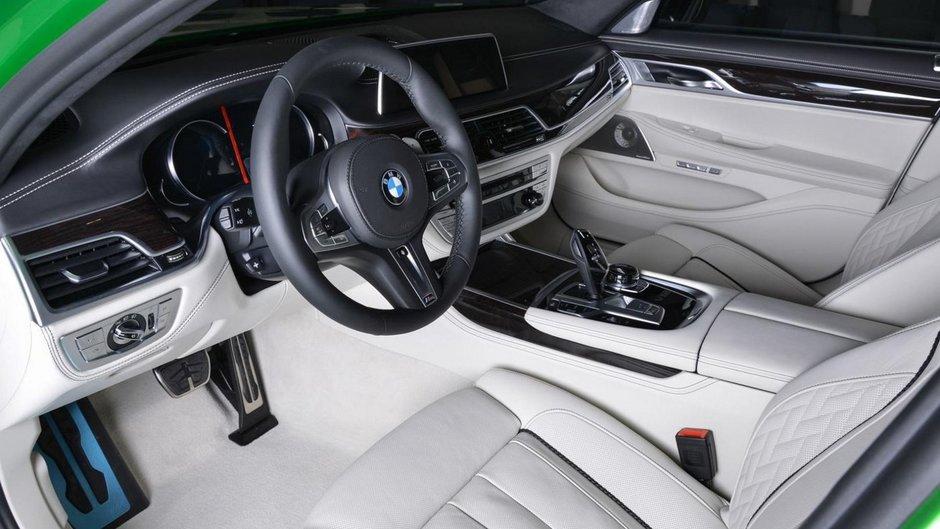BMW M760Li xDrive in Rallye Green