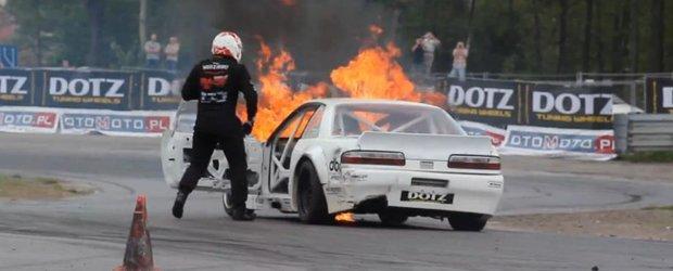 Boom si de la capat: motorul unui Nissan ia foc in timpul unei curse de drift
