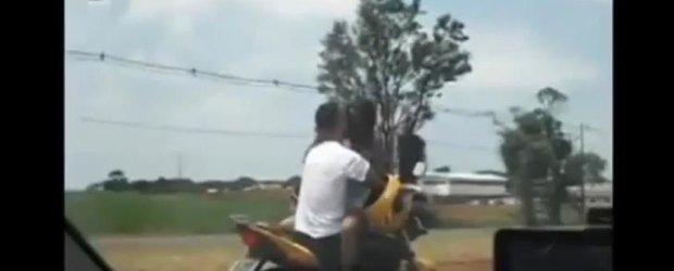Brazilienii care se 'iubesc' in vazul tuturor la 80 km/h