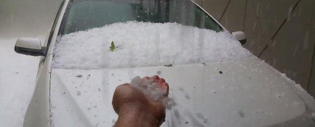 Bucuria vopsitorilor: o ploaie cu grindina face praf exteriorul masinilor