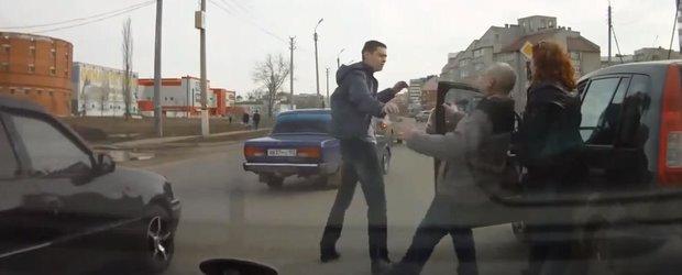 Bunul samaritean din Rusia il opreste pe un betiv care face accident si fuge
