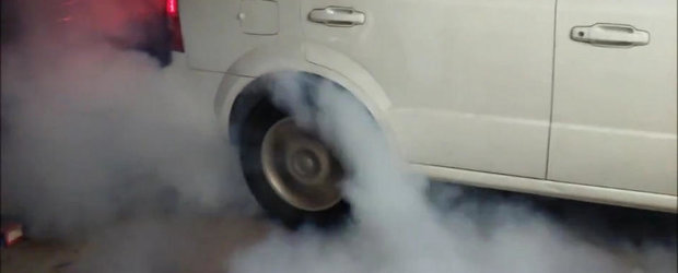 Burnoutul Zilei: O Kia Sorento cu motor V8 afuma imprejurimile