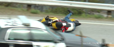 Cade cu motocicleta fix in fata politistilor
