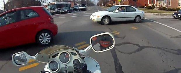 Cam asa arata un motociclist absolut cretin care si-o face cu mana lui