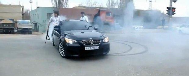 Cam asa se plimba mafia cecena: cu BMW M5 si Seria 7, inarmati pana in dinti
