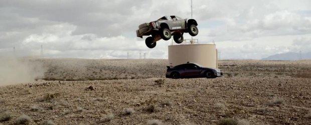 Camioneta Monster Baja 1000 sare peste un Nissan GT-R