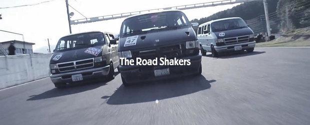Camionetele Dodge sunt transformate de japonezi in masini de curse