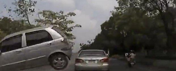 Cand nu mai poti reactiona: un Matiz zboara direct in parbrizul altei masini