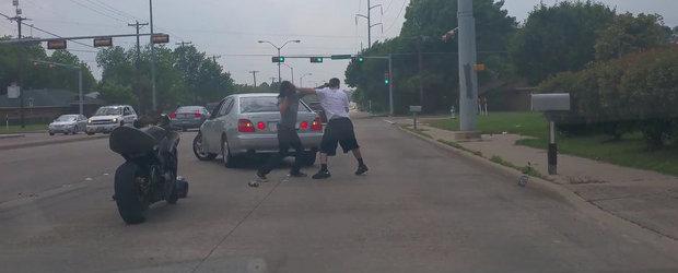Cand ringul de box se muta in strada: Bataie intre un sofer si un motociclist