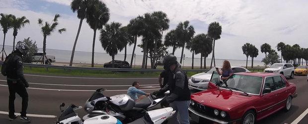 Cand un sofer ia bataie de la niste motociclisti, acesta e salvat de sotia... pistolara