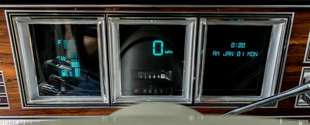 """Capsula timpului. Masina din 1980 cu """"fotolii"""" si ceasuri digitale se vinde cu numai 2500 de km la bord"""