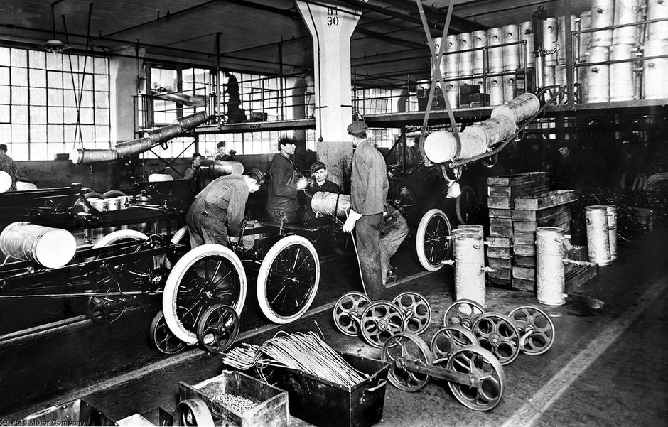 Care a fost prima masina echipata cu AC, servo, radio, navigatie si alte dotari?