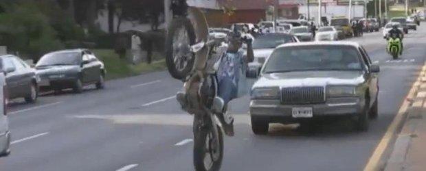Cascadorii nebune cu motocicleta in plin trafic