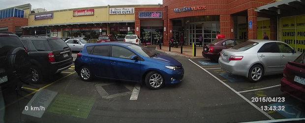 Cat timp ii ia unei femei sa-si parcheze masina?