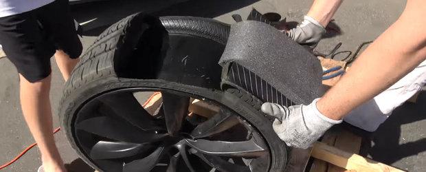 Ce crezi ca se ascunde in interiorul anvelopelor de pe masinile Tesla?