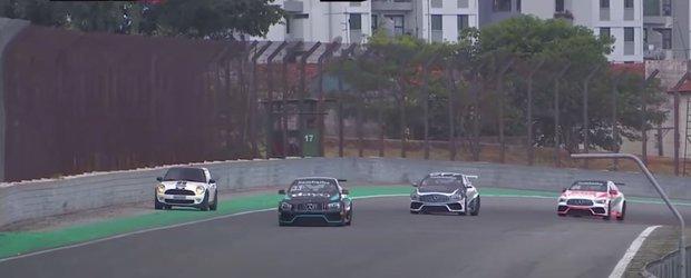 Ce mai fac femeile la volan: o brazilianca a ajuns cu masina pe circuit in timpul unei curse