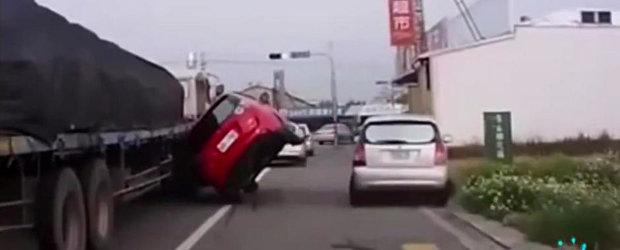 Ce se intampla cand lasi femeia la volan. SUPER COMPILATIE VIDEO!