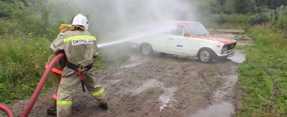 Ce se intampla cand rogi pompierii sa-ti spele masina cu furtunul? VIDEO cu cel mai tare experiment de pe internet