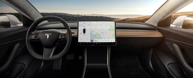 Cea mai asteptata masina din ultimul deceniu a debutat oficial. Are un display de 15 inch in loc de vitezometru