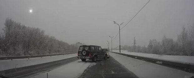 Cea mai noua compilatie cu accidente de iarna ne face sa conducem mai prudent