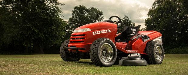 Cea mai tare jucarie pentru copiii mari: masina de tuns iarba de la Honda