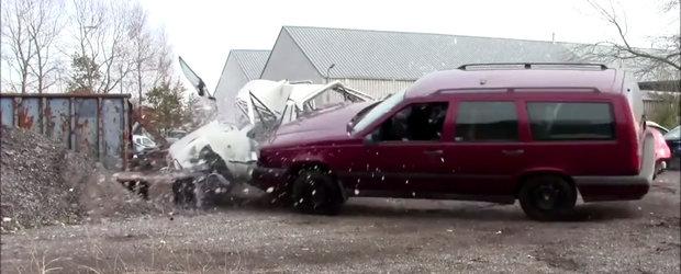 Chiar ca nu se mai fac masini ca pe vremuri. Uite cat de rezistent este un automobil de generatie veche