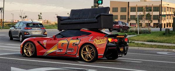Cine-a zis ca masinile sport nu sunt practice? Uite aici un tip care isi cara canapeaua cu Corvette-ul!