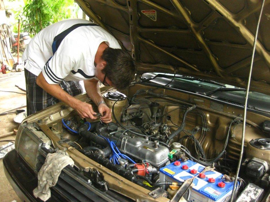 Cine isi mai repara masina singur in spatele blocului?
