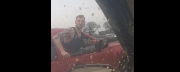 Cocalarul canadian: cand te certi cu cineva in trafic, nu este o idee buna sa lasi geamul jos...