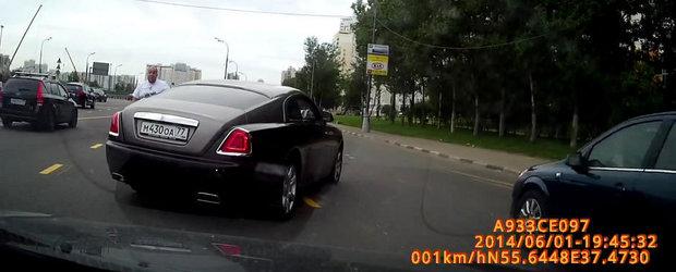 Cocalarul rus cu Rolls-Royce sare la bataie in trafic