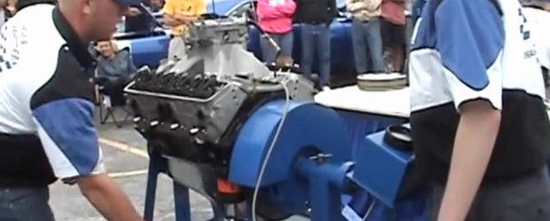 Concurs pentru mecanici: asamblarea completa a unui motor V8 in doar 17 minute