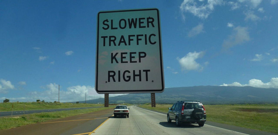 Condusul cu viteza mica pe ultima banda - prostie sau legalitate?